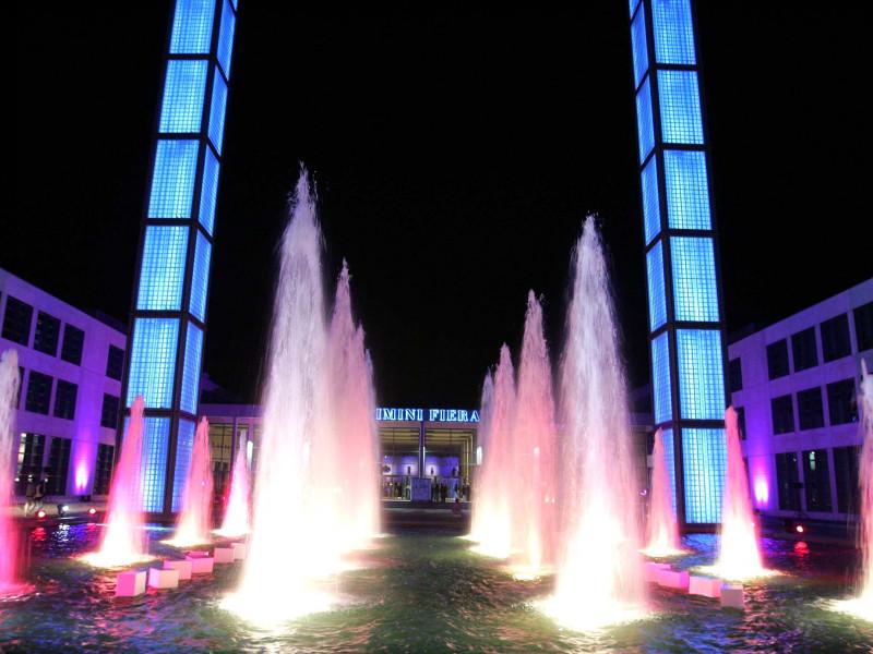 Fiera Rimini notturna fontane illuminato viola blu