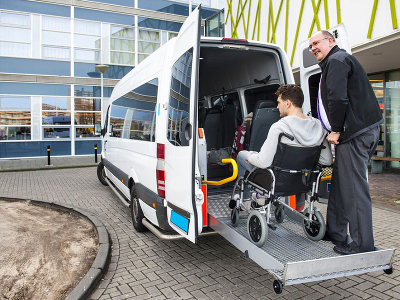 Disabili-trasporto-pedana-Traverl-and-Service