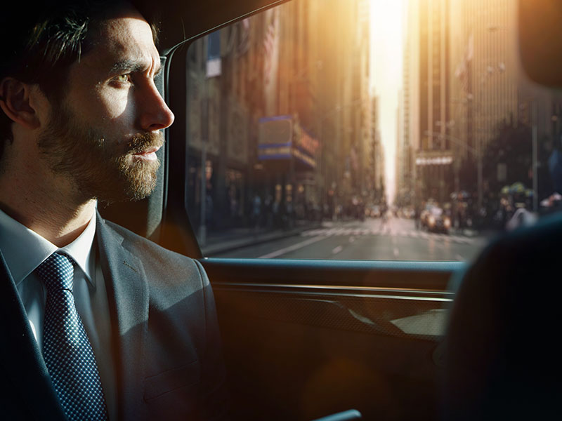 Auto-e-van-luxury-interno-uomo-Travel-and-Service
